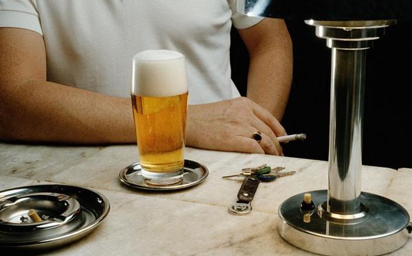 有些人喜欢喝酒时抽烟蚂蚁庄园 喝酒时抽烟对身体的危害是什么