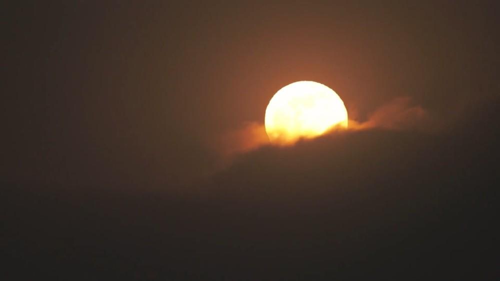 实拍超级月亮破云而出瞬间的壮观景象